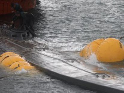 Two crew members were arrested when the vessel, which is thought to be carrying 3,000 kilos of cocaine, was left to sink near the Galician coast last Sunday