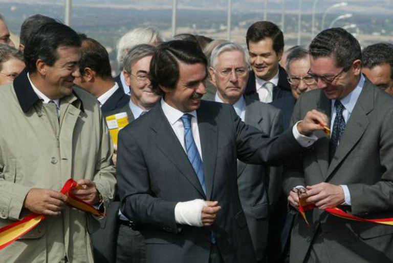 Former Prime Minister José María Aznar (c) handing the keys of the R2 highway to former Madrid Mayor Alberto Ruiz-Gallardón.