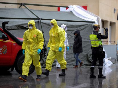 Workers setting up a field hospital near Gregorio Marañón Hospital in Madrid on Tuesday.
