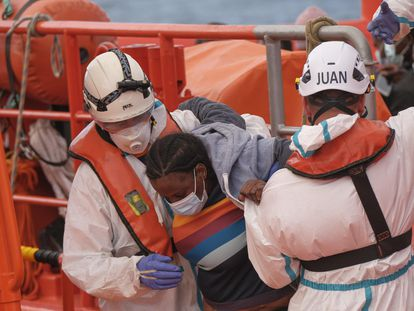 A woman rescued at sea receives help at Arguineguín port in Gran Canaria.