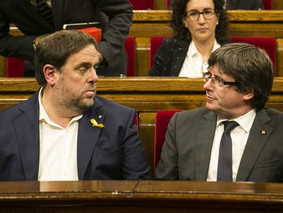 Oriol Junqueras (l) with Carles Puigdemont.
