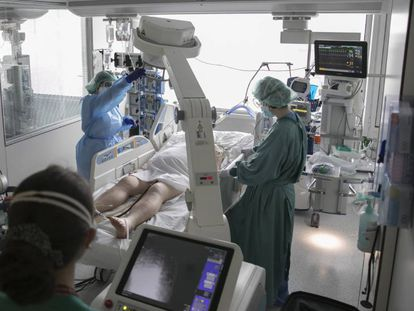 A patient in the intensive care unit of Llobregat hospital in Barcelona.