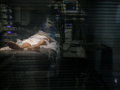 A health worker treats a patient in the intensive care unit of Nuestra Señora de La Candelaria hospital in Tenerife.