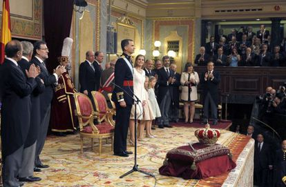Congress applauds Spain's new king and queen.