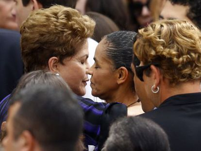 Dilma Rousseff (left) embracing Marina Silva during the funeral for Socialist leader Eduardo Campos.