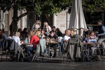 A sidewalk café in the center of Valencia.