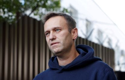 Russian opposition leader Alexei Navalny speaks with journalists after he was released from a detention center in Moscow on August 23, 2019.
