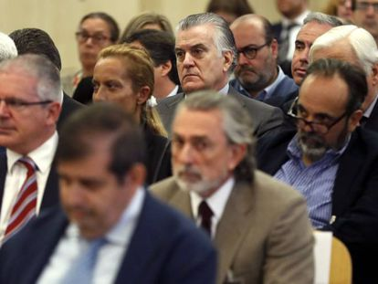 Bárcenas (c, top), Correa (c, below) and Pablo Crespo (second from left) in court on Tuesday.