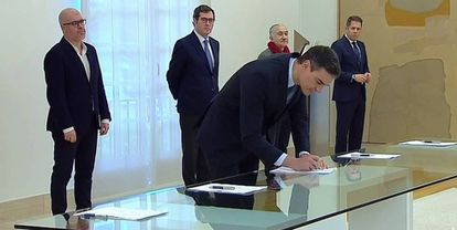 PM Pedro Sánchez signing an extension to the ERTE temporary layoff scheme in the presence of employer association leaders on May 11.