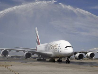 The A380, the largest passenger carrier in the world, arrives in Madrid.