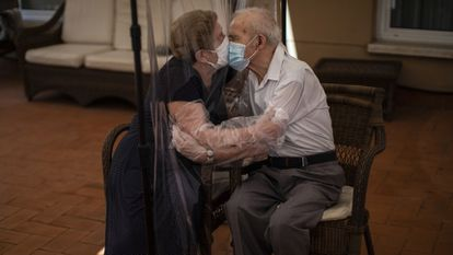 Agustina Cañamero, 81, kisses her husband Pascual Pérez, 84, in a care home in Barcelona, on June 22, 2020.