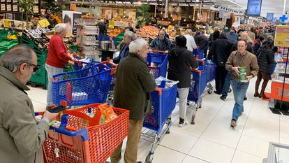 Long lines in a supermarket in Madrid.