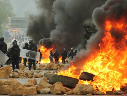 Riot police clash with protesters in the Mexican town of Nochixtlan.
