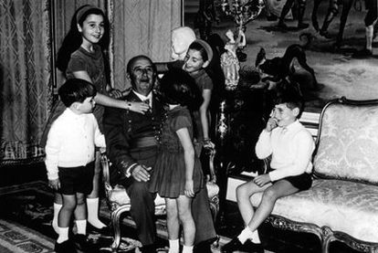 A portrait of Franco with his grandchildren - from left to right: Jaime, Carmen, Arancha (with back to camera), Mariola and Cristóbal.