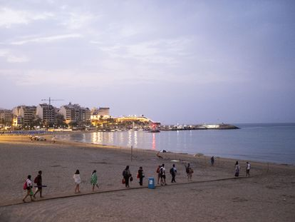Passengers on the Bus Playero Viajero arrive in Benidorm early in the morning.