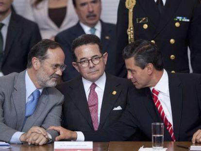 Mexico's President Enrique PeÑa Nieto (right) speaks to PAN leader Gustavo Madero.