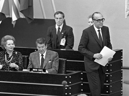 Spanish PM Leopoldo Calvo Sotelo (right), at a meeting of the UN General Assembly in Bonn in June, 1982.
