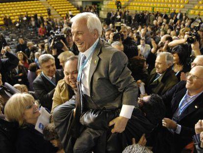 Ourense PP members hoist José Luis Baltar aloft in 2010.