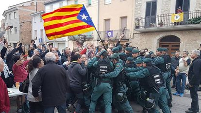 An image shared on Twitter that shows a group of Civil Guard officers pushing against voters, with a Catalan flag edited in.