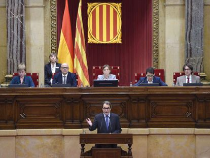 Acting premier Artur Mas addresses the Catalan parliament.