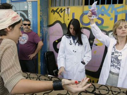 Protestors dramatize the refusal to grant healthcare to an immigrant outside Madrid's Gregorio Marañón Hospital on Saturday.